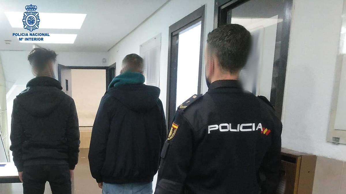 Los dos jóvenes detenidos, en las dependencias policiales.
