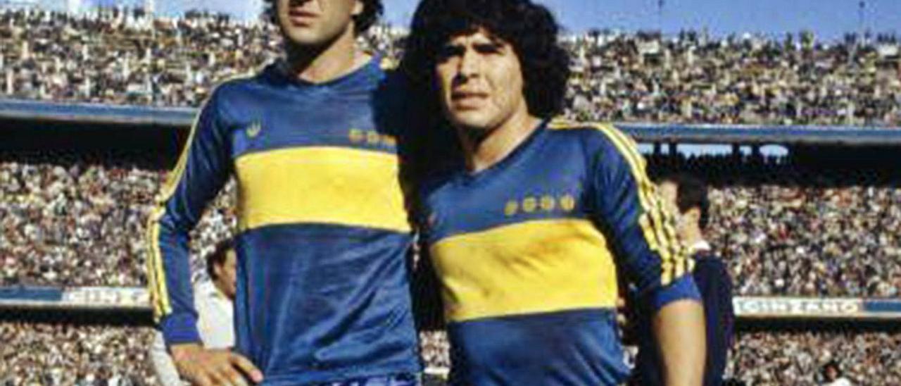 Carlos Morete, a la izquierda, junto a Diego Maradona, ambos con la camiseta de Boca Juniors cuando coincidieron en 1981.