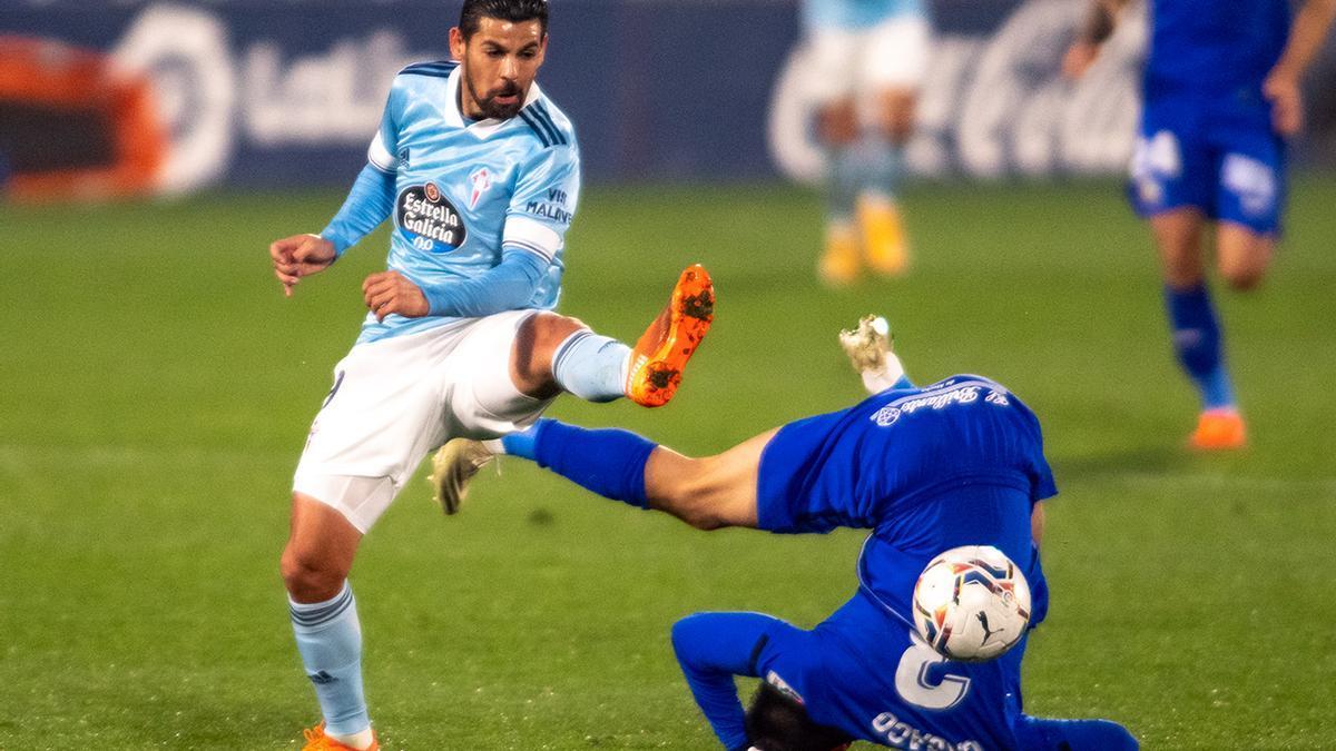 Cabaco acaba por el suelo en una disputa del balón con Nolito.