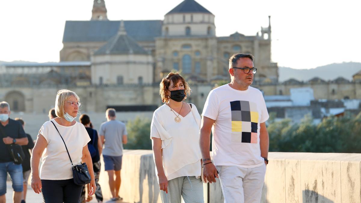 Gente paseando por el Puente Romano de Córdoba, este fin de semana.