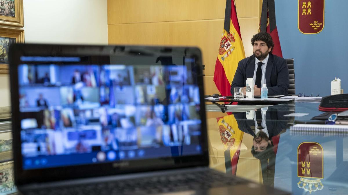 Fernando López Miras, ayer durante la videoconferencia con el presidente del Gobierno, Pedro Sánchez.