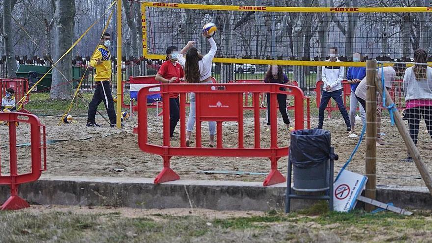 Girona promet renovar tot l'espai de vòlei platja      de la Devesa
