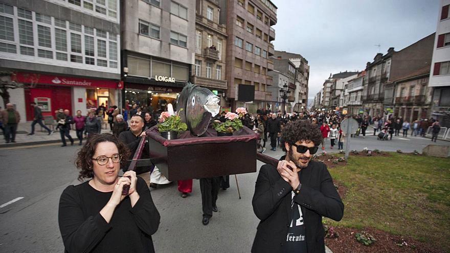 Los hosteleros de A Estrada escenifican su entierro tras el anuncio de un nuevo cierre