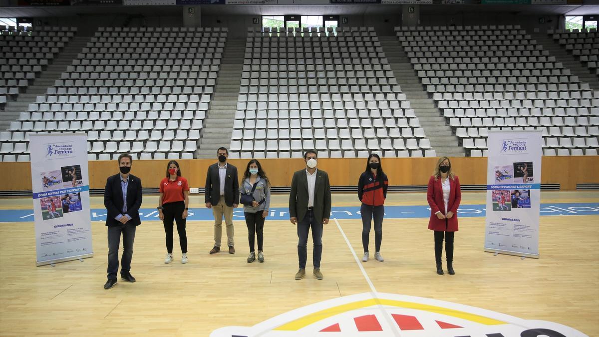Organitzadors i autoritats a Fontajau en la presentació de la Jornada de l'Esport Femení
