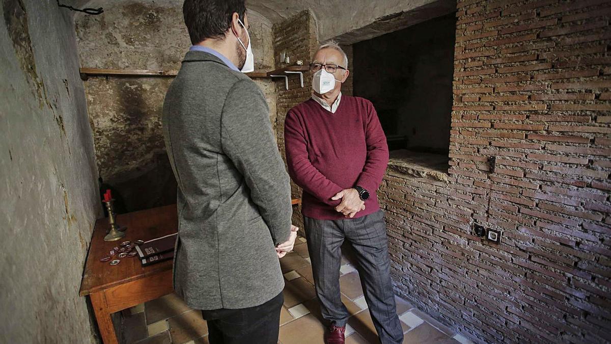 El alcalde durante la visita de ayer a las «covetes» de Sant Joan. | A.V.