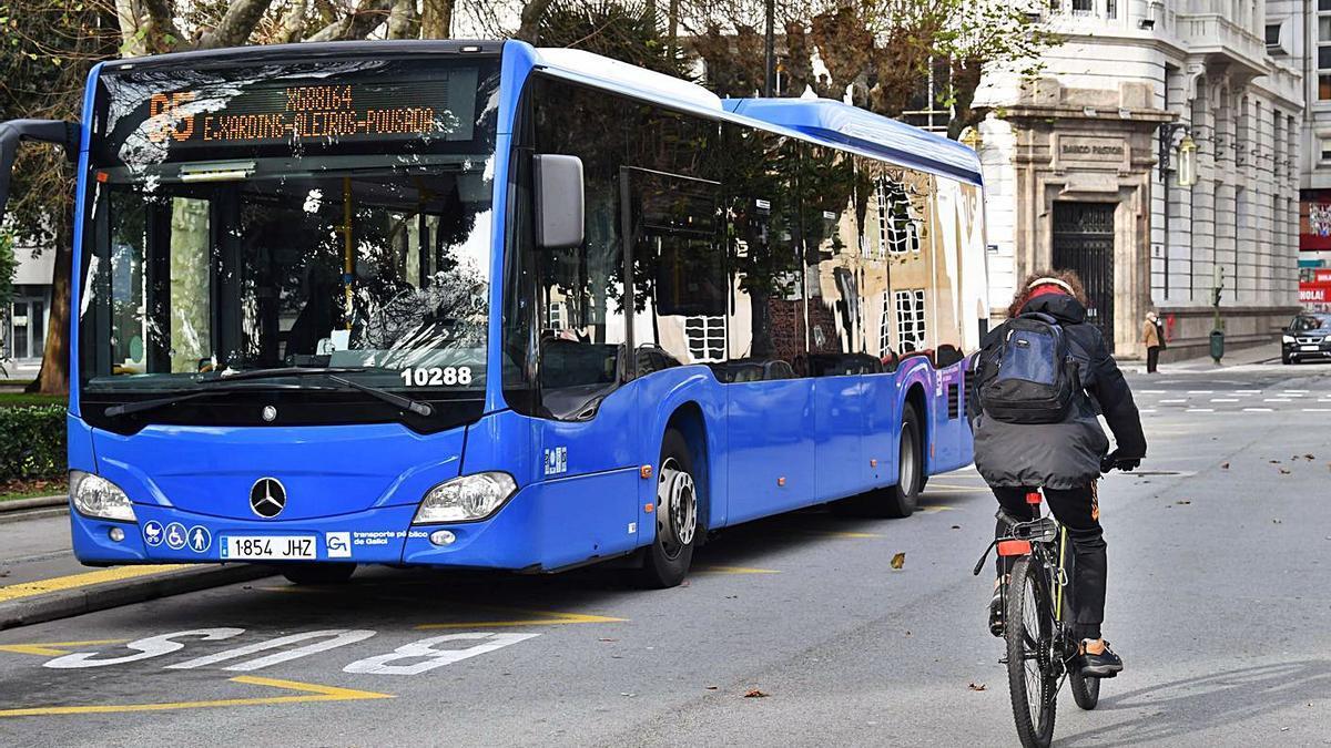 Un autobús de Alsa en la parada de Entrejardines, en A Coruña. |   // VÍCTOR ECHAVE