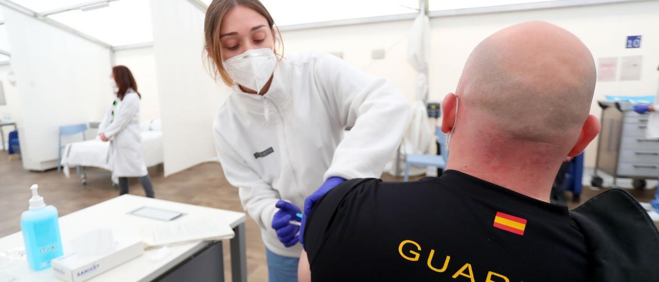 Un guardia civil recibe la vacuna contra el covid.