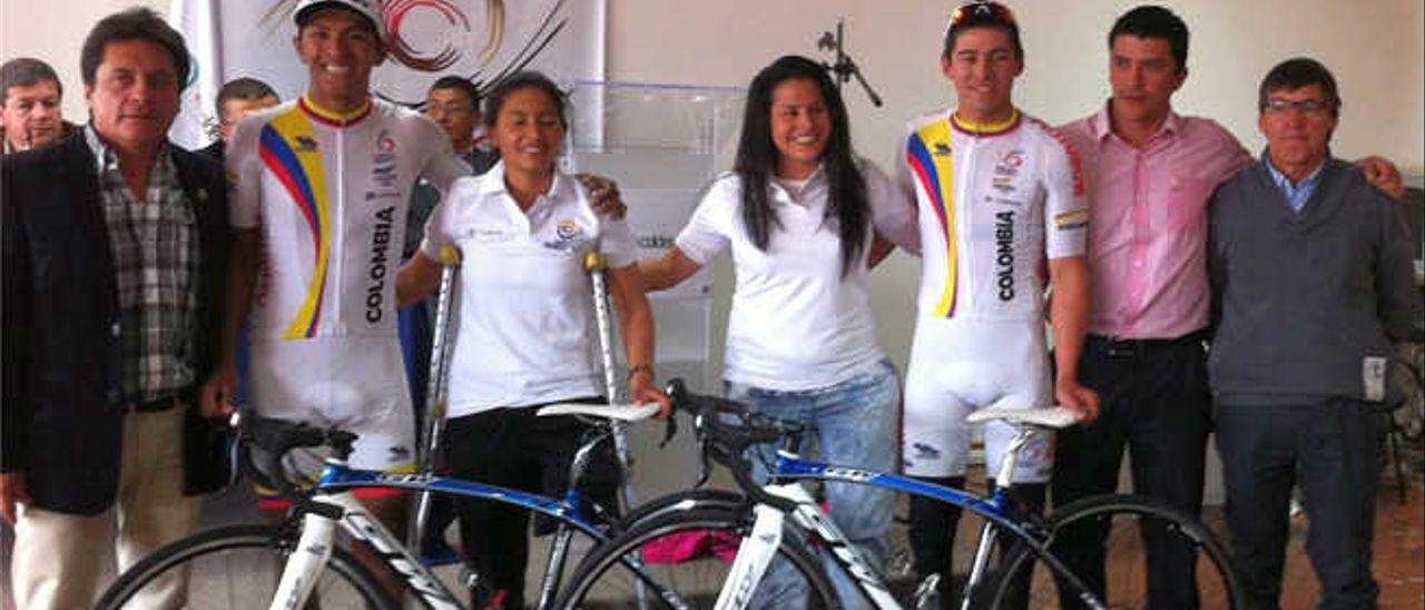 Yady Fernández (d), junto al seleccionador colombiano de Paraciclismo, José 'Chepe' Castro, ex corredor del Kelme español, y Diana Munévar.