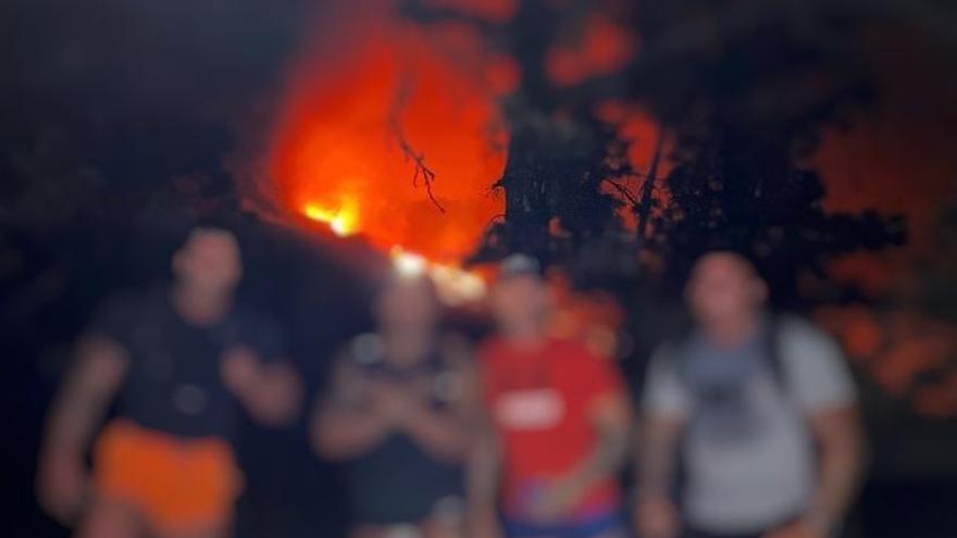 Identificados los irresponsables que se acercaron al volcán de La Palma para hacerse selfies