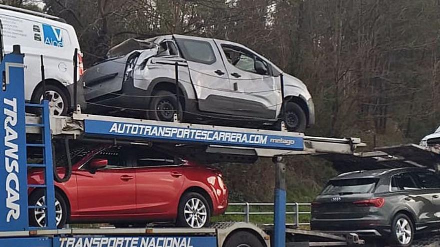 Un camión pierde un coche que transportaba al pasar debajo de un puente en Mos