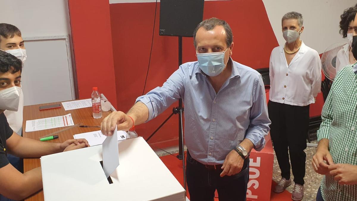 El secretario general del PSOE de Málaga, José Luis Ruiz Espejo, vota en Antequera.
