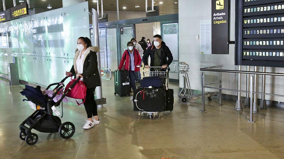 Llegada de viajeros al aeropuerto de Manises el pasado diciembre.   EDUARDO RIPOLL
