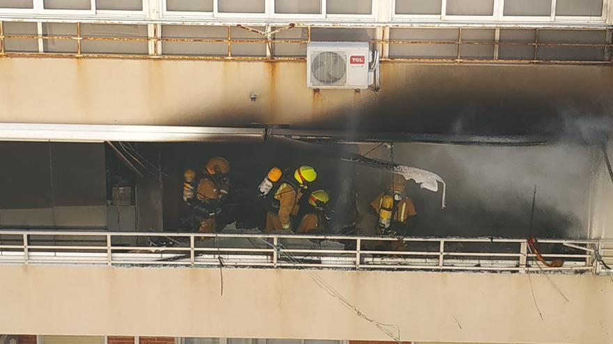 El fuego arrasa una vivienda en la playa de Muchavista