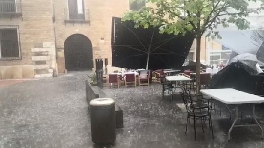 Daños en terrazas tras una intensa tormenta en Zaragoza