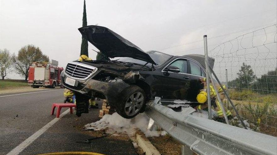 Un cotxe s'accidenta i acaba enfilat a la tanca de la C-35 a Maçanet