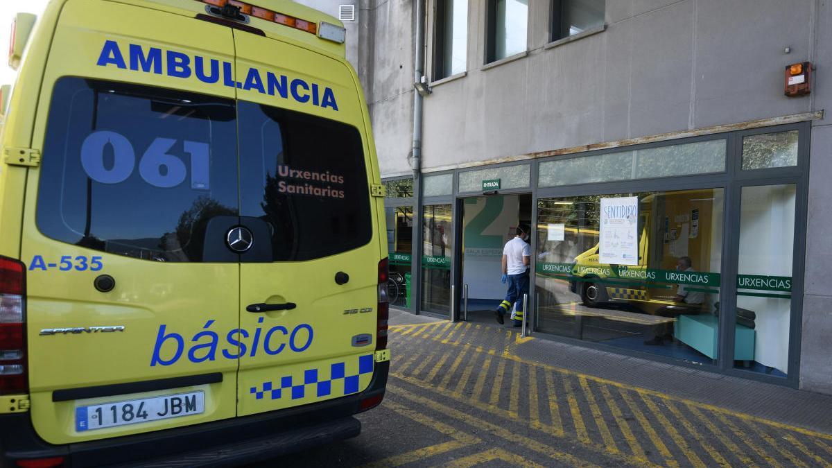 Una ambulancia frente a la puerta de Urgencias del hospital de Montecelo, en Pontevedra. // Gustavo Santos