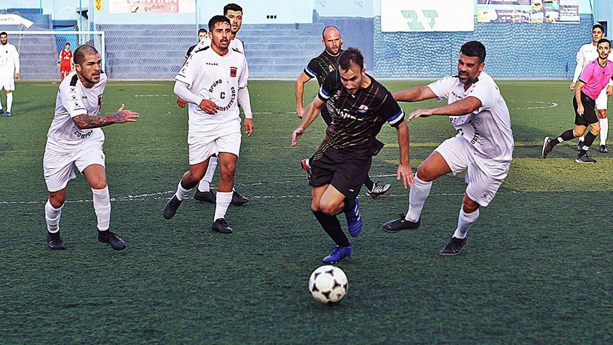 El visitante Mateo se va de Kike y Óscar para anotar el 0-1 para su equipo, un tanto que al final le dio un punto.