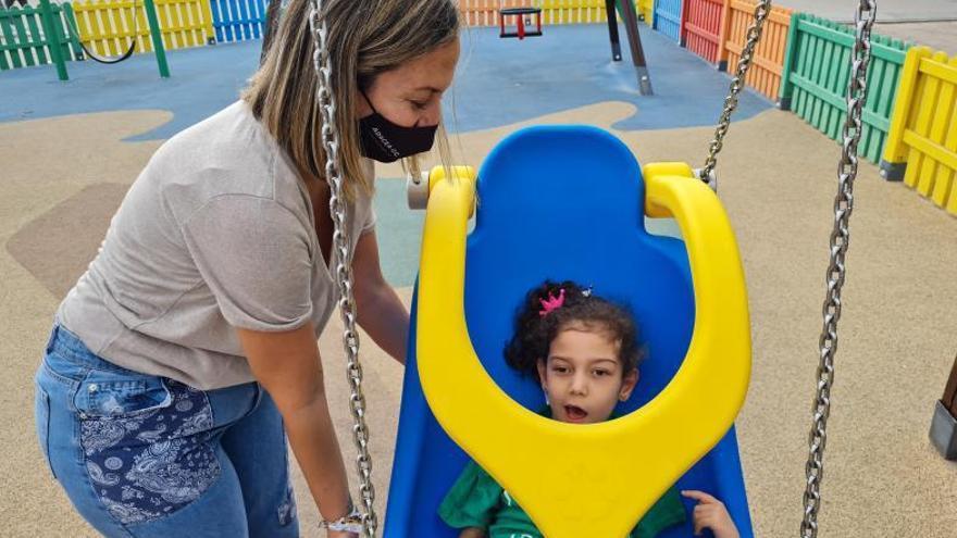 El Ayuntamiento instala columpios inclusivos en 15 parques infantiles de la capital