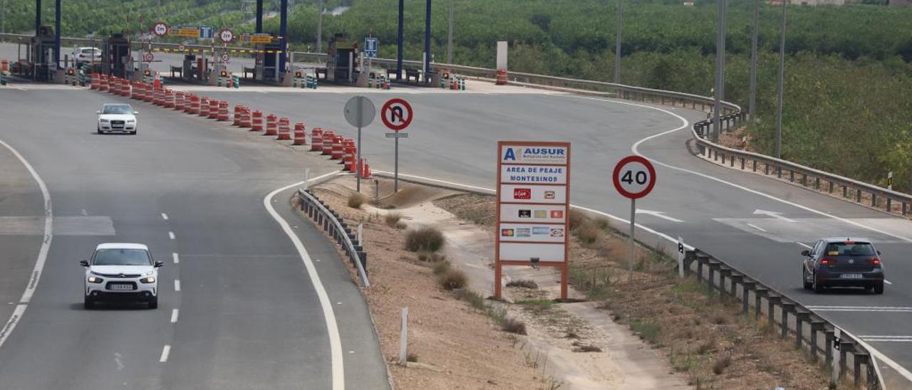 Uno de los dos peajes de la AP-7 en el tramo que discurre por la comarca de la Vega Baja, el situado en Los Montesinos.