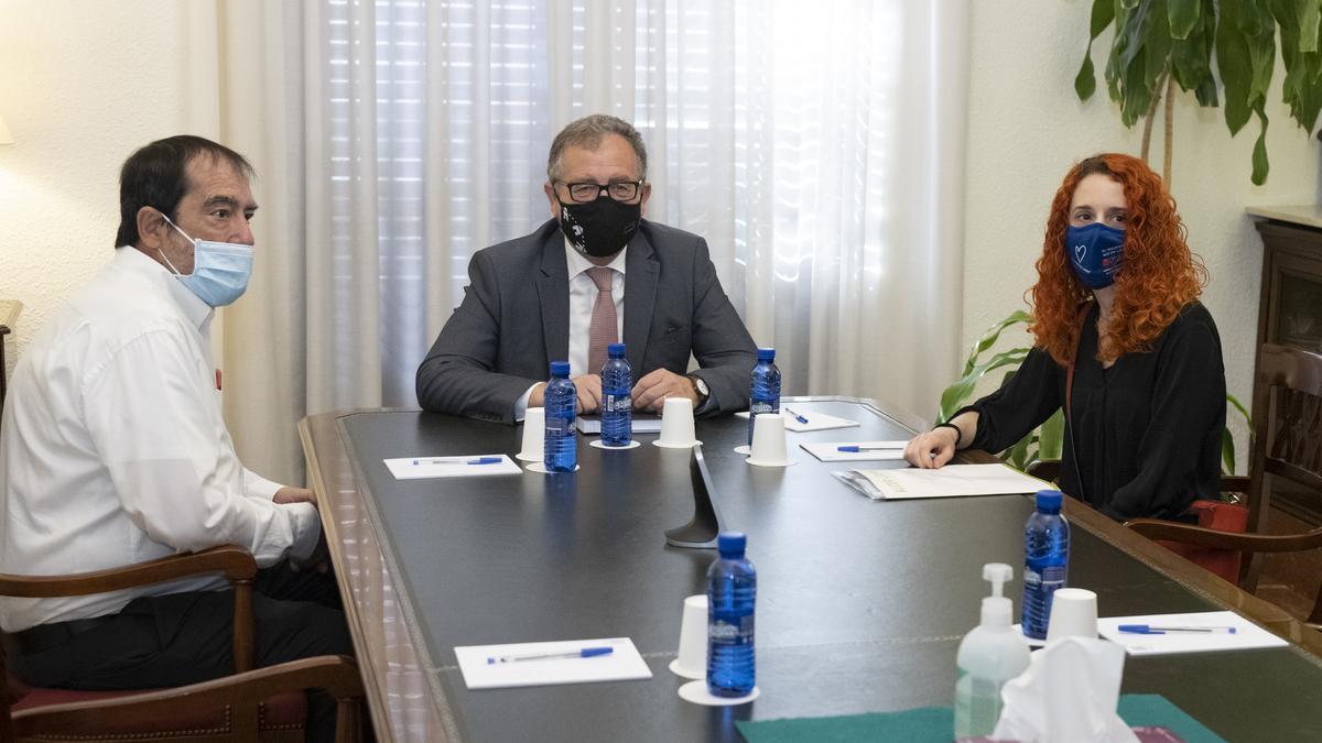 Reunión entre el presidente de la Diputación y el presidente de Alcer Castalia, en la que también ha participado la gerente de esta asociación