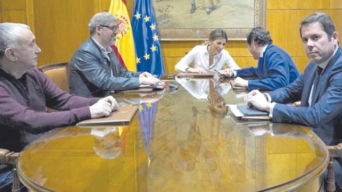 Gerardo Cuerva, Antonio Garamendi, Unai Sordo y Pepe Álvarez junto a la ministra Yolanda Díaz.