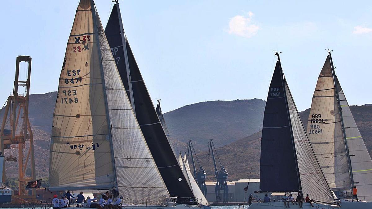 Varios veleros, durante las regatas de ayer. | JUAN C. CAVAL/JOAQUÍN CARRIÓN