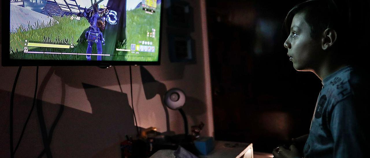 Un adolescente disfruta de una partida a un videojuego en su casa.