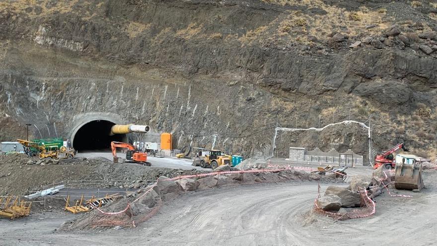 La mitad de los 7.200 metros de los ocho túneles de la vía Agaete-El Risco ya están excavados