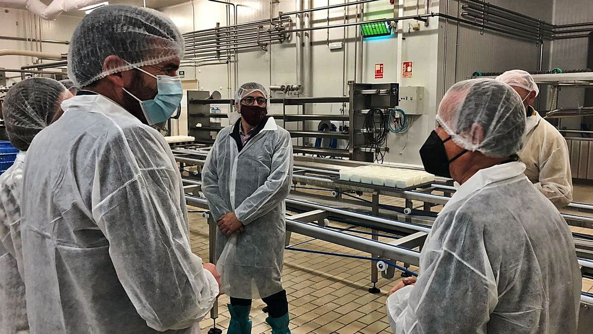 Visita de Antonio Luengo a la quesería de Alimer.    CARM
