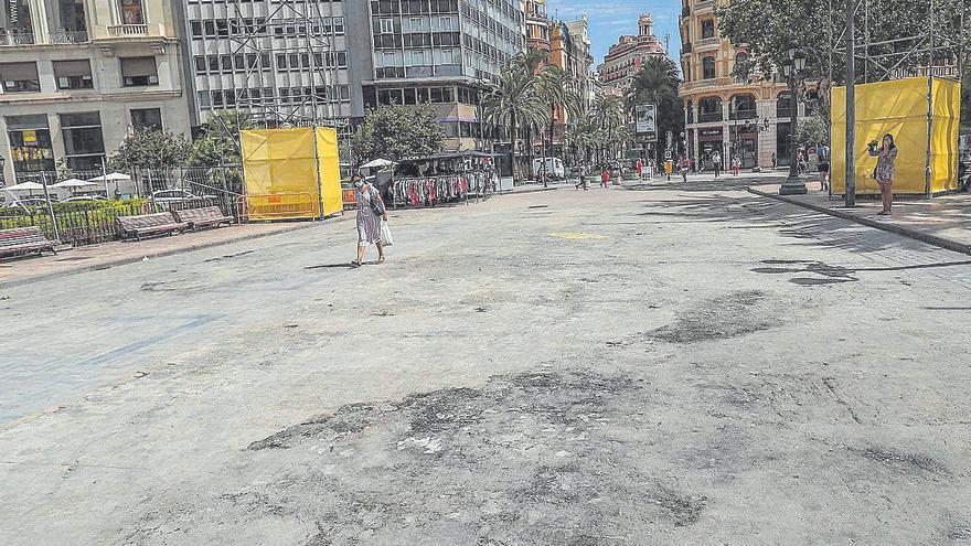 Las 'cremaes' de la plaza del Ayuntamiento causan destrozos en el asfalto y el adoquinado