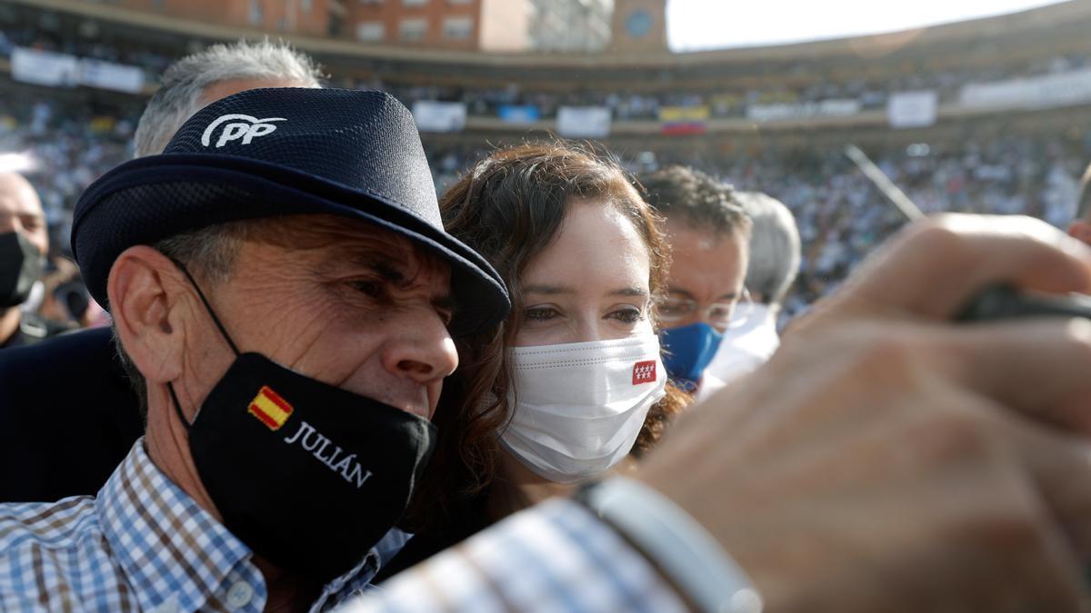 La plaza de toros de València llena en el mitin del PP