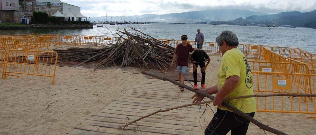 Preparativos para la hoguera de San Xoán en la playa de Arealonga, en una pasada edición. / A. Pinacho