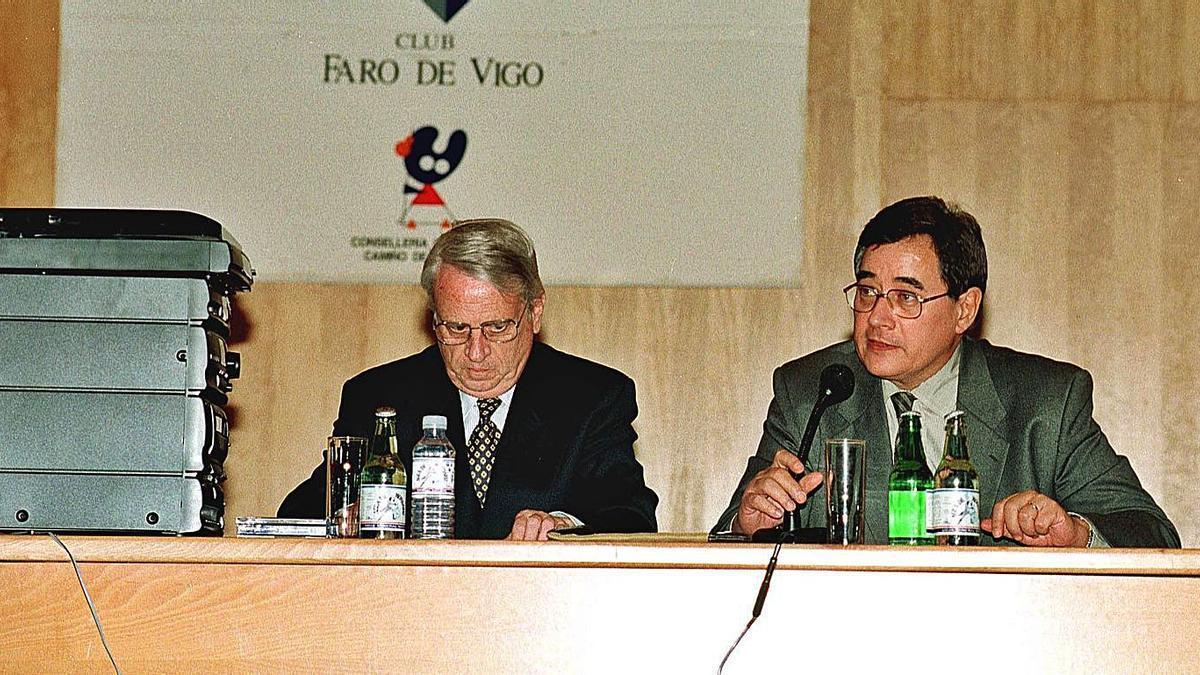 Halffter (izq.) y el periodista y crítico Guillermo García-Alcalde en el Club FARO, el 9 de marzo de 1998. |   // R.G.