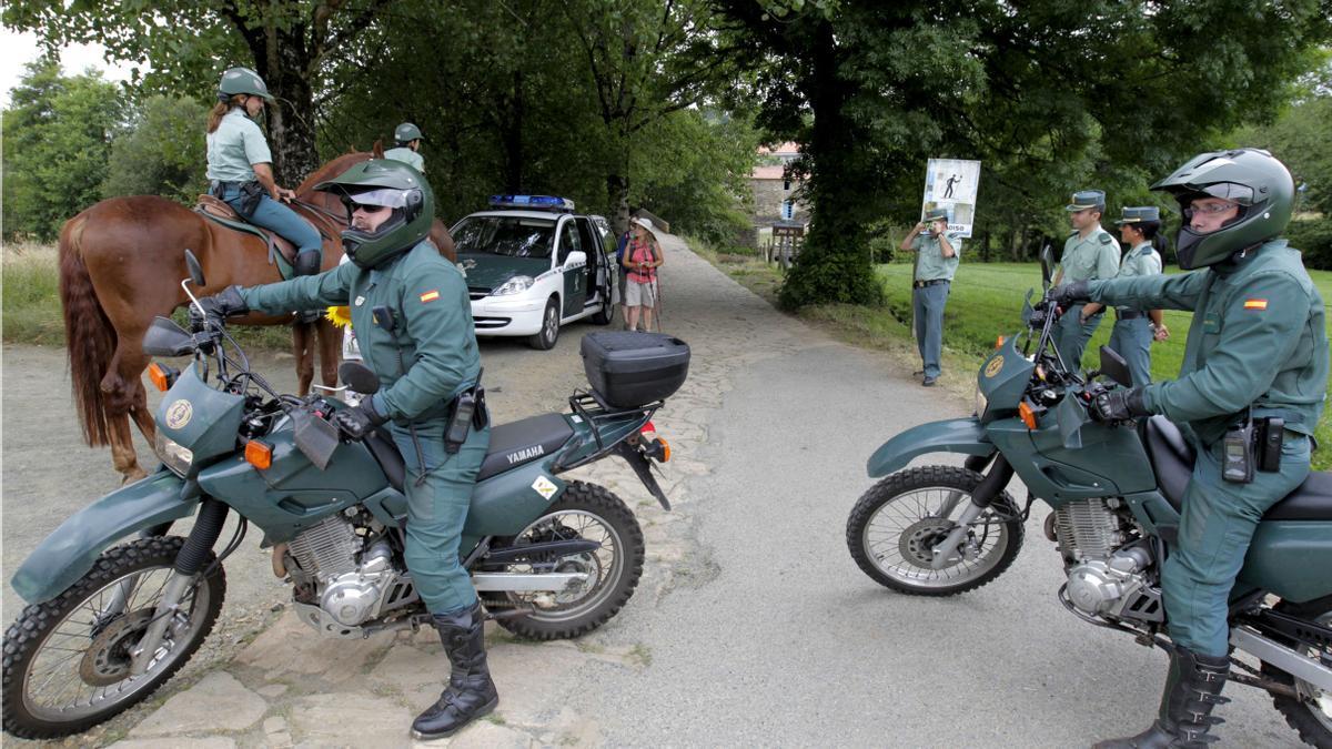 Efectivos de la Guardia Civil desplegados en el Camino de Santiago.