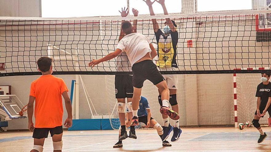 La Galicia de voleibol entrena en el Coto Ferreiro