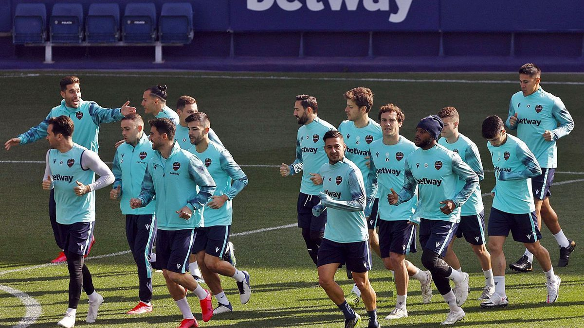 El Levante UD, en la sesión de entrenamiento de ayer por la mañana en el estadio Ciutat de València. | M.Á. MONTESINOS
