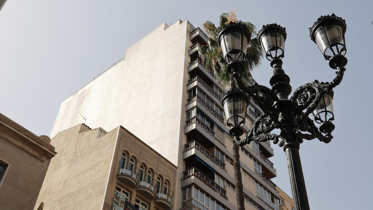 Medianera donde se podía ver la obra 'Titiriteros' de Ripollés, ahora borrada