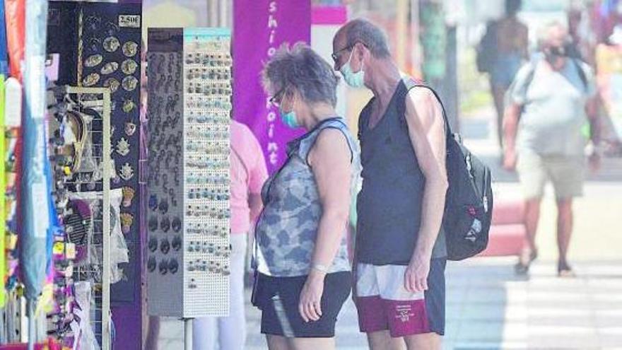 Una pareja de turistas en una zona comercial.     JOSÉ CARLOS GUERRA