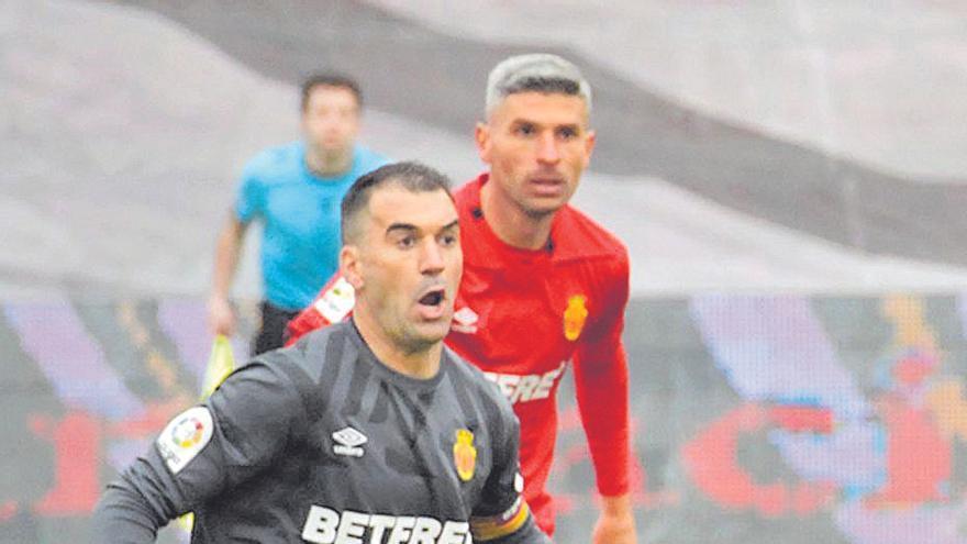 ...Y la cruz | Manolo Reina pudo hacer más en el gol de Advíncula