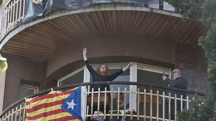 Nombrosos ciutadans surten al balcó a cantar el conegut «Bon dia» d'Els Pets