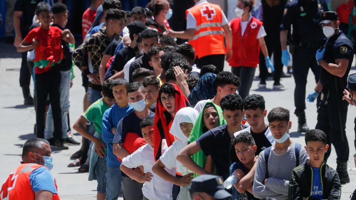 La Creu Roja atén els menors migrats arribats a Ceuta
