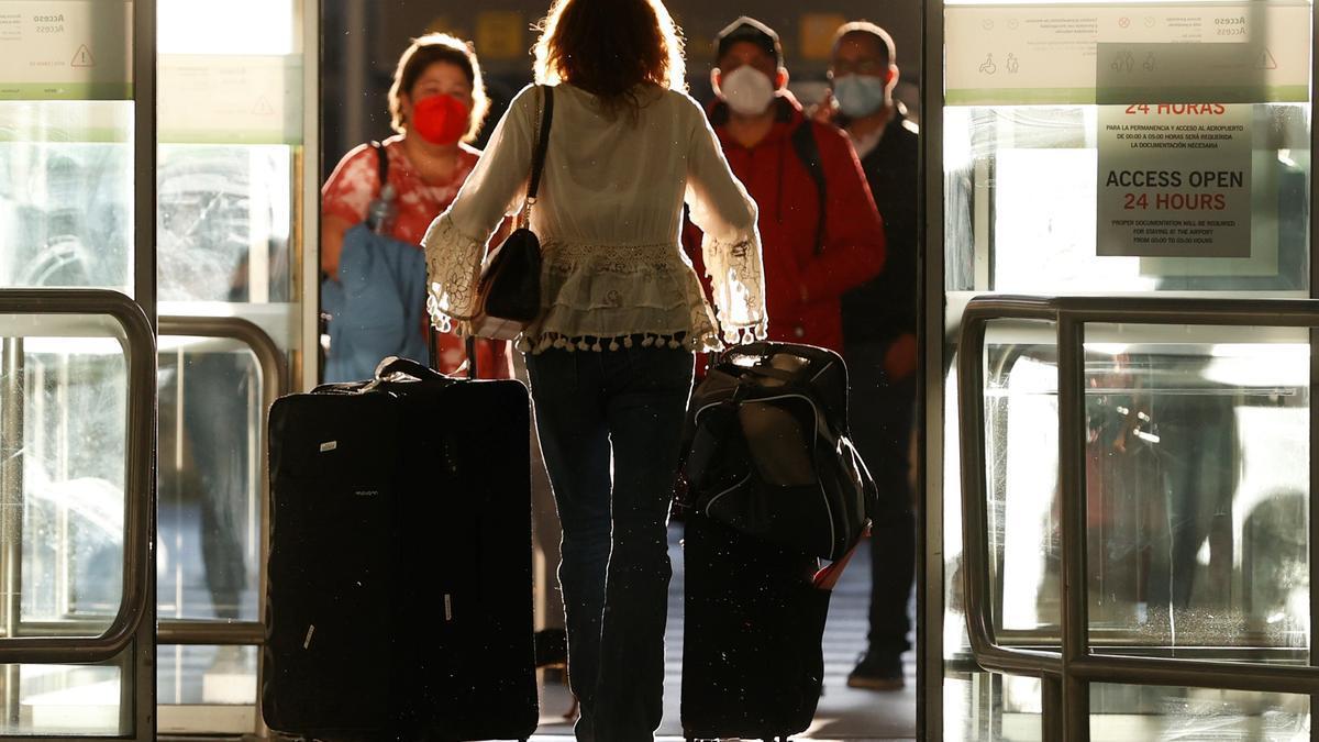 Una viajera en un aeropuerto.