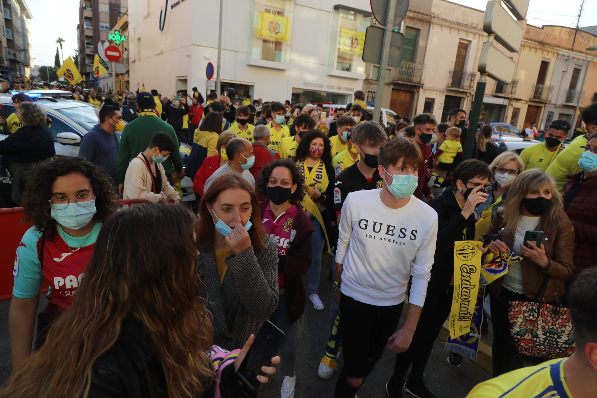 La 'marea grogueta' lleva en volandas al Villarreal hasta La Cerámica
