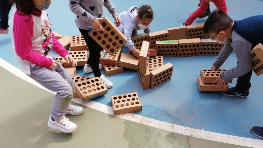Niños valencianos plantan una falla de 2.000 ladrillos, uno por cada milímetro de distancia social