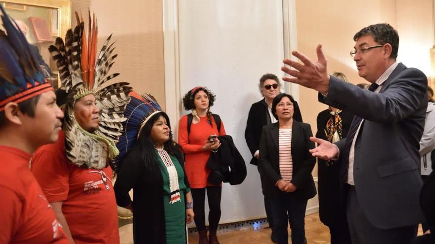 Activistas indígenas defienden en València la lucha por el Amazonas