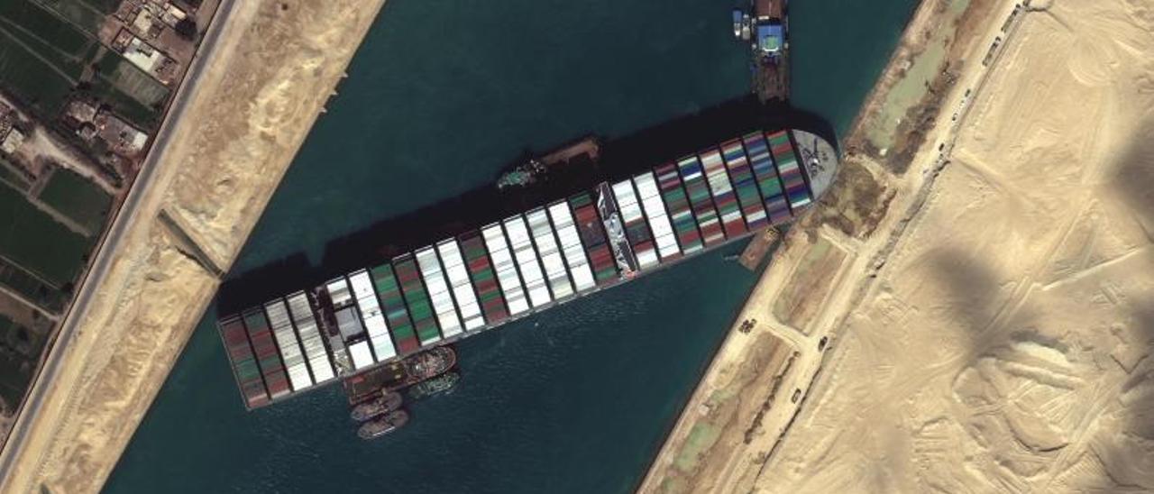 El portacontenedores 'Ever Given', atascado en el canal de Suez a comienzos de esta primavera | | EFE/MAXAR TECHNOLOGIES