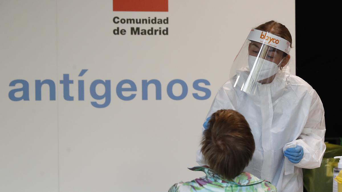Una sanitaria realiza un test de antígenos en Madrid.