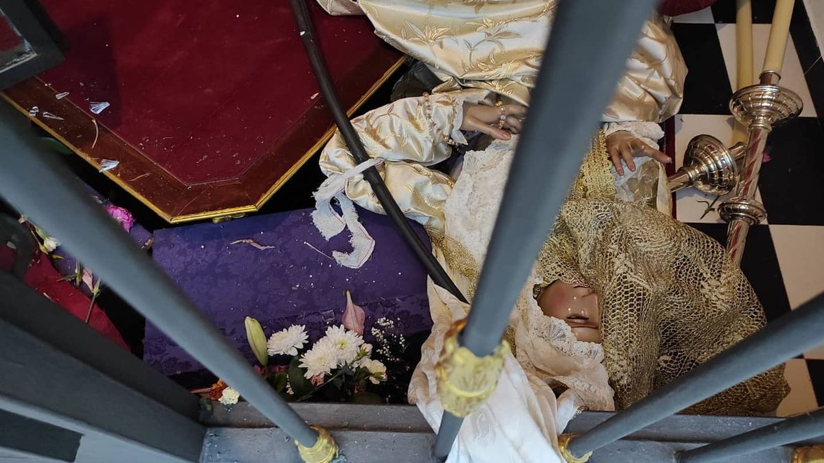 La Virgen de la Encarnación de Dos Hermanas tirada en el suelo tras el asalto