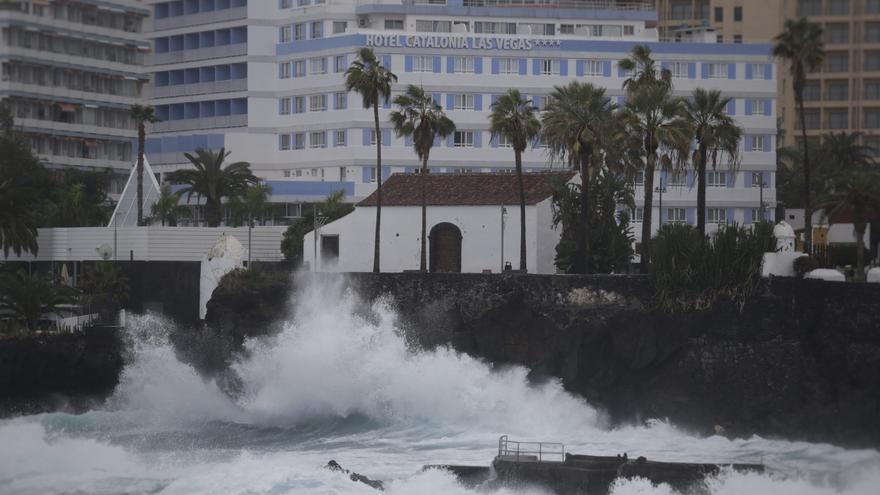 El norte de Tenerife, sacudido por el fuerte oleaje