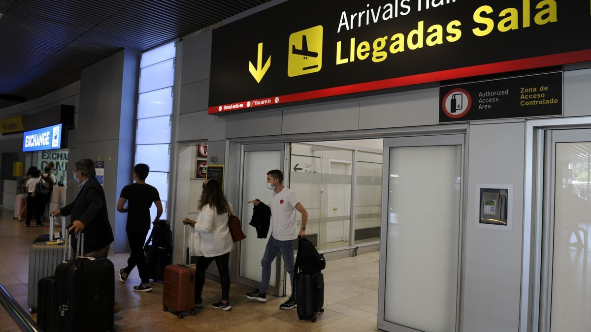 Pasajeros procedentes de un vuelo con origen Gran Bretaña llegan a Barajas.